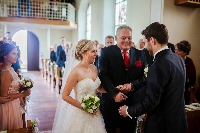 Brauteinzug mit dem Vater, kirchlich heiraten in Köln