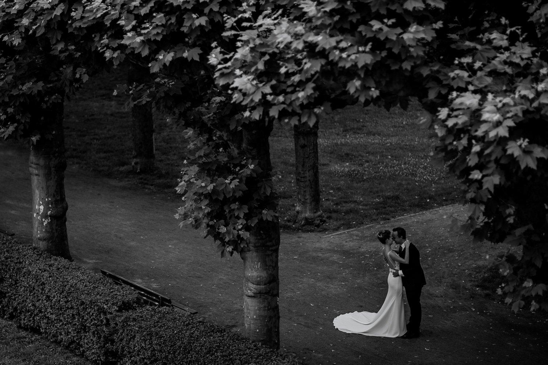 Hochzeitsfotograf Frankfurt, Brautpaarshooting im MainNizza Garten, Stadthochzeit Mainmetropole