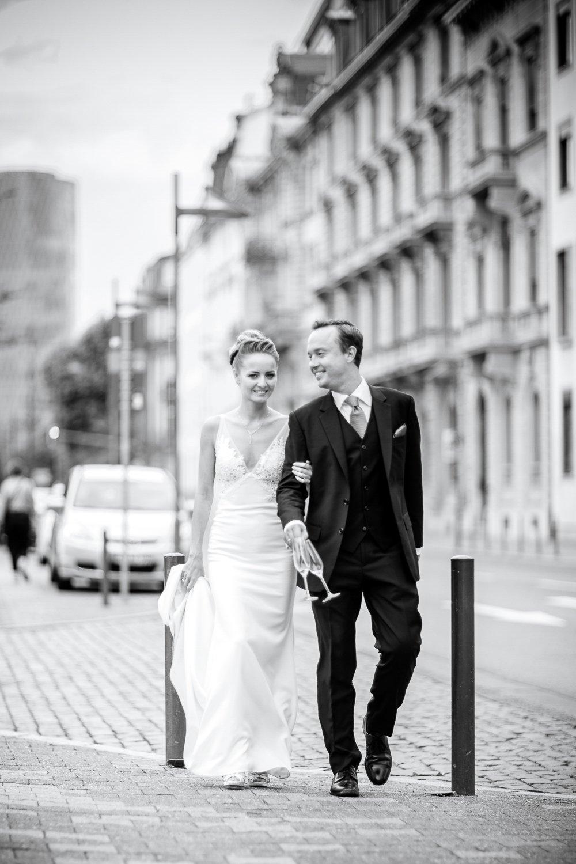 Hochzeitsfotograf Frankfurt, Brautpaarshooting in Altstadt, Stadthochzeit im Restaurant MainNizza