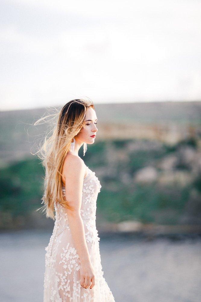 Heiraten auf Malta, Brautshooting am Strand, Hochzeitskleid