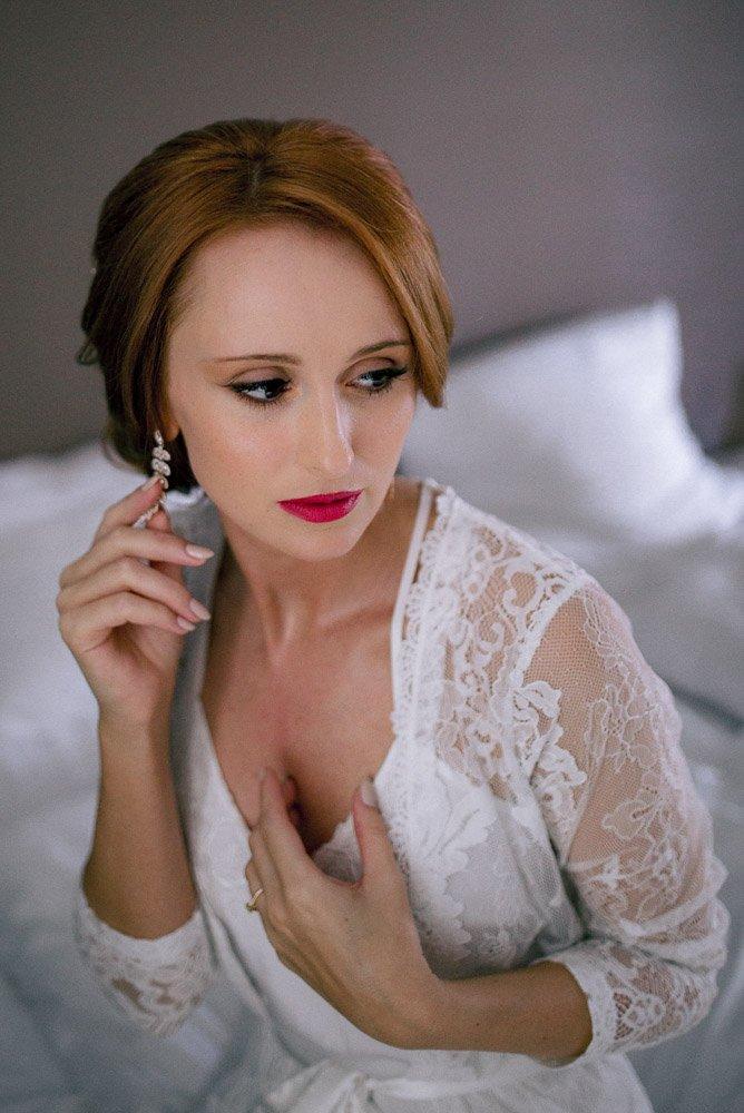 Bridal Boudoir während des Getting Ready im Hotel Schwarzer Bock Wiesbaden, Schlosshochzeit Im Rheingau, sinnliche Brautportraits Frankfurt