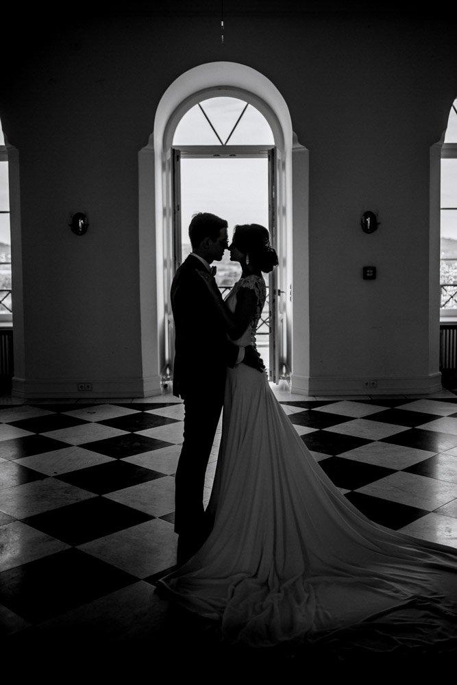 Sinnliche Brautpaarbilder im Schloss Johannisberg, Hochzeitsreportage Wiesbaden, Fotograf Frankfurt