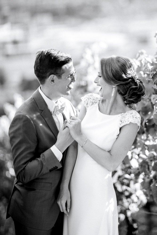 Hochzeitsfotograf Frankfurt fotografiert eine Hochzeit im Schloss Johannisberg, emotionales Brautpaarshooting