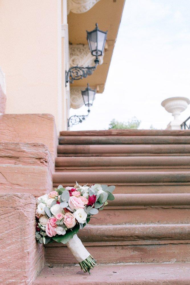 Hochzeitsfotograf Frankfurt fotografiert eine Hochzeit im Schloss Johannisberg, Hochzeitsfloristik Wiesbaden