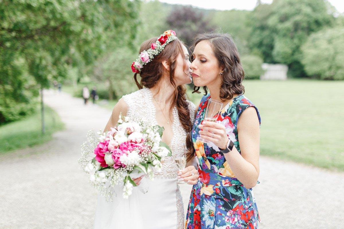 Braut mit Trauzeugin Kassel, authentische Hochzeitsreportagen Frankfurt, RealWedding