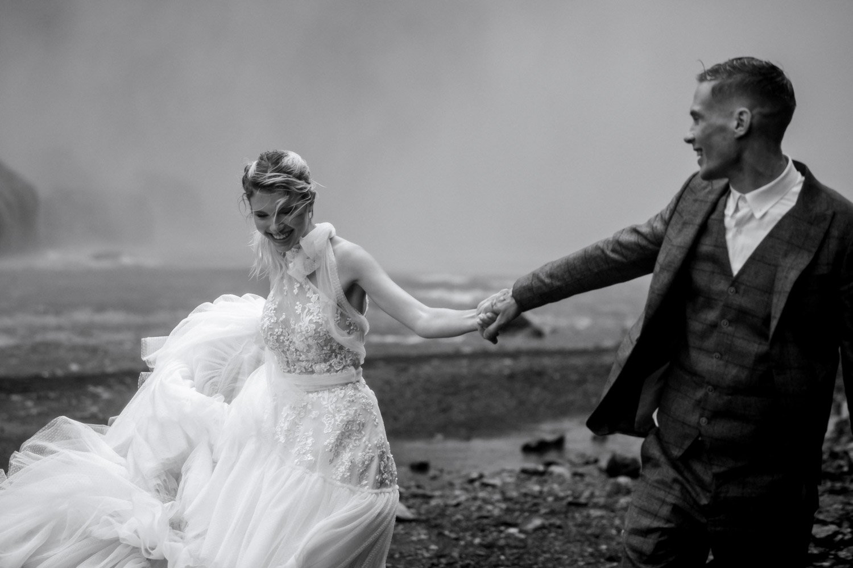 Brautpaarshooting auf Island, After Wedding Fotosession am Wasserfall, Flitterwochen