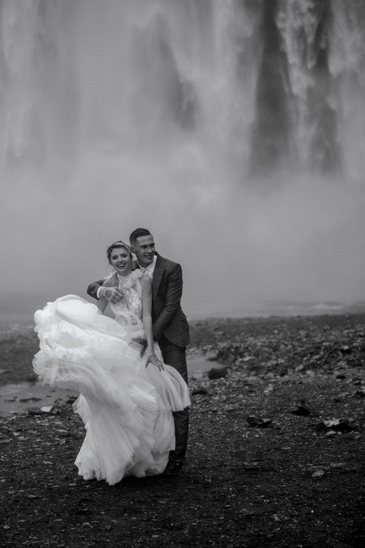 Hochzeitsfotografie Island, Brautpaarshooting am Vyk i Mirdal