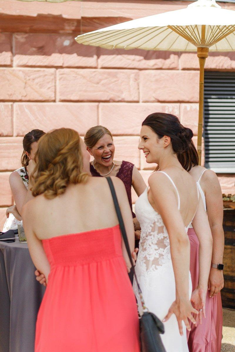 Dokumentarische Hochzeitsreportage auf Schloss Vollrads, Fotograf für Hochzeitsfeier in Wiesbaden