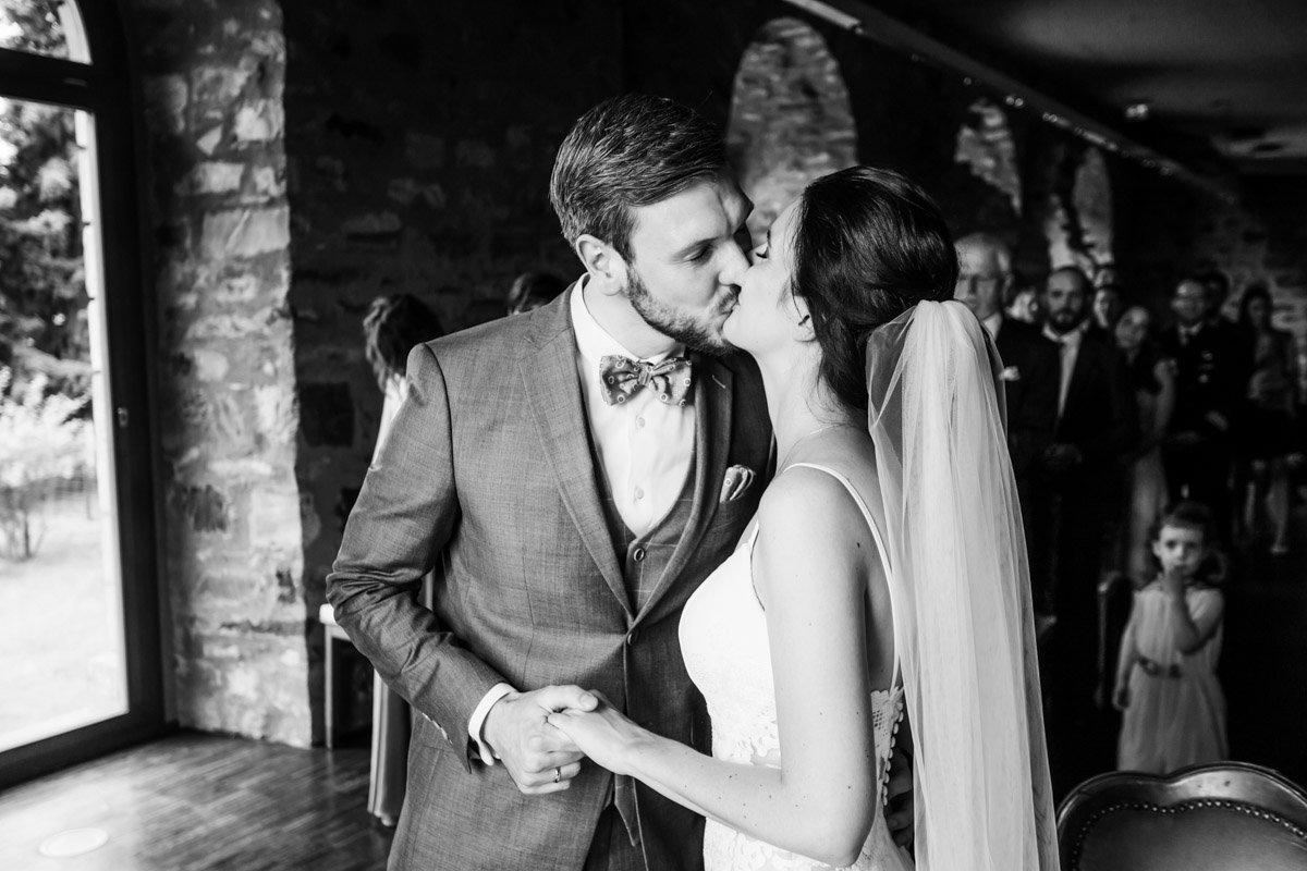 Standesamtliche Trauung Schloss Platte, Hochzeitsfotograf Zürich, Erster Kuss als Eheleute in Wiesbaden