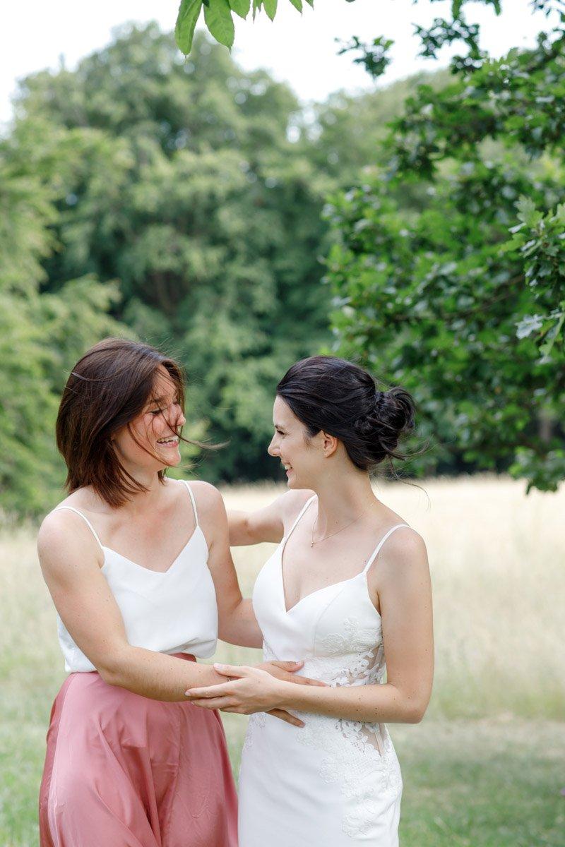 Trauzeugin mit Braut, Hochzeit Frankfurt