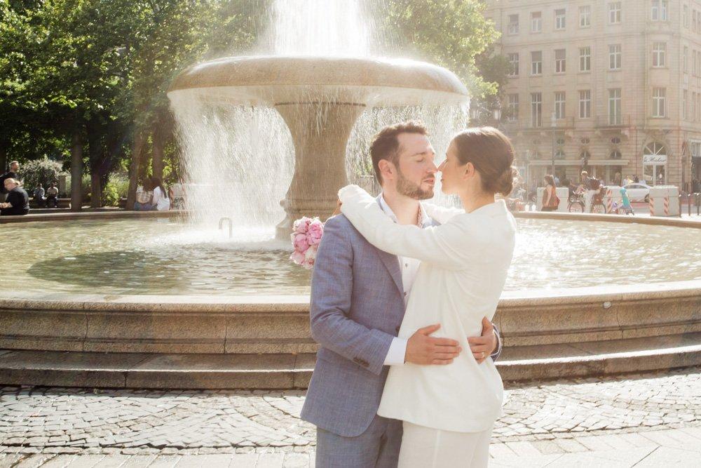 Hochzeitsfotos an der Alten Oper, Brautmode Frankfurt, Hochzeitskleid Alternative München