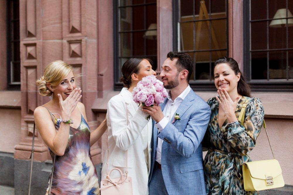 Brautpaarportrait mit Brautjungfern, Hochzeitsfotografie in Frankfurt, Heiraten in München